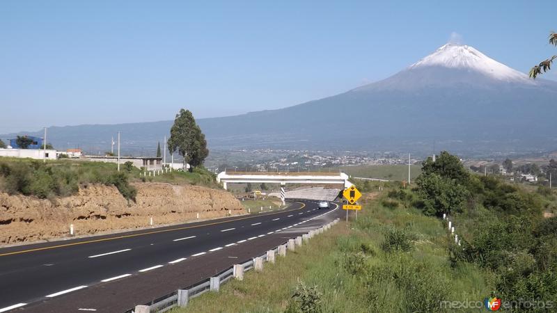 Autopista Puebla-Atlixco y volcán Popocatépetl. Julio/2014