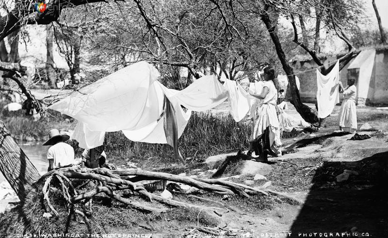 Lavadero en las aguas termales II (por William Henry Jackson, c. 1888)