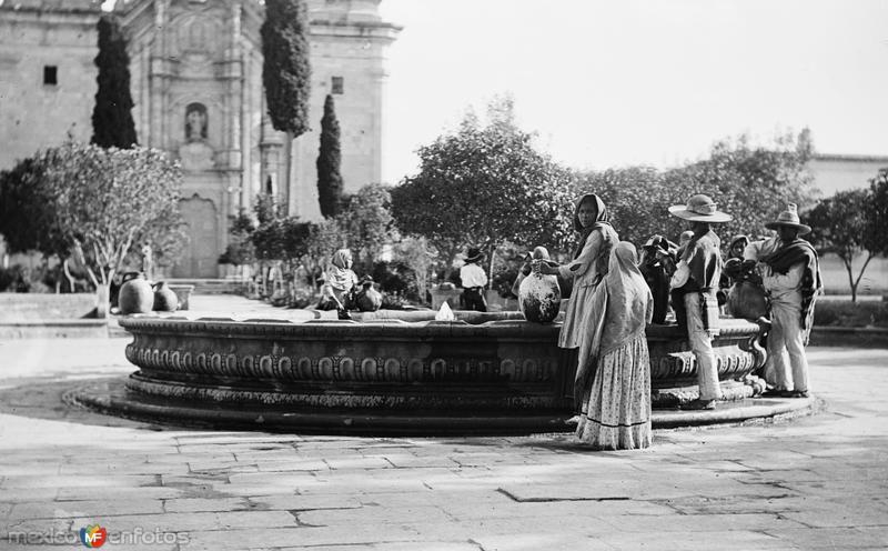 Fuente frente a la Iglesia de Guadalupe (por William Henry Jackson, c. 1888)
