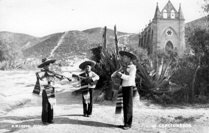 Templo de Lourdes y mariachis