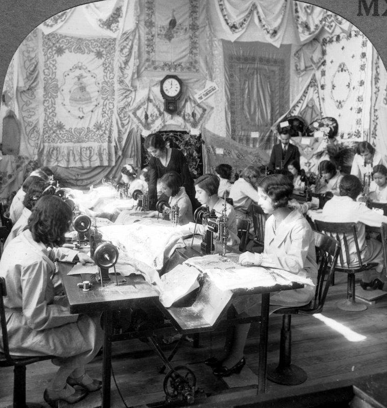 Taller de costura en la Escuela Industrial de Artes La Corregidora de Querétaro (c. 1925)