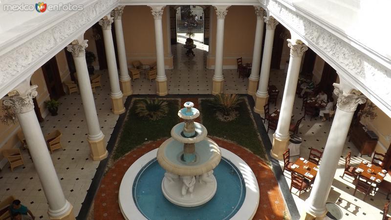 Fuente y jardín interior del Hotel Misión Mérida. Diciembre/2014