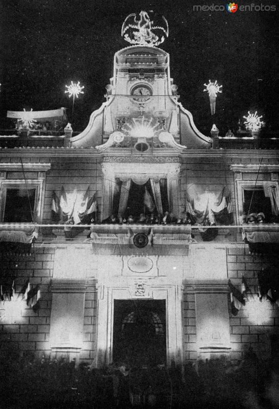 Porfirio Díaz dando el Grito de Dolores en el Palacio Nacional (1910)