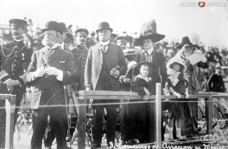 Porfirio Díaz presenciando un concurso de aviación (Bain News Service, 1910)
