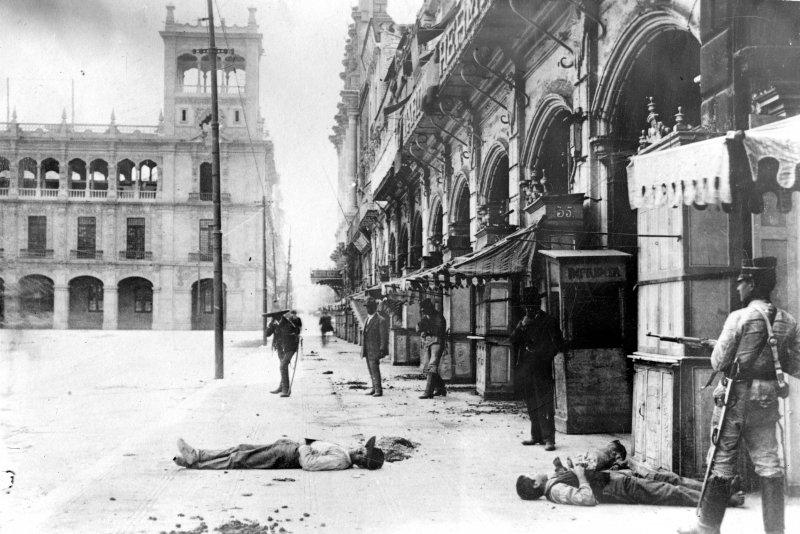 Enfrentamiento en las calles de la Ciudad de México (Bain News Service, c. 1913)