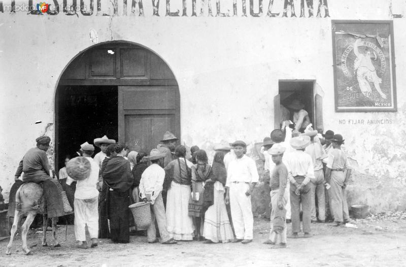 Esperando por el pan en Veracruz, durante la intervención norteamericana (Bain News Service, 1914)