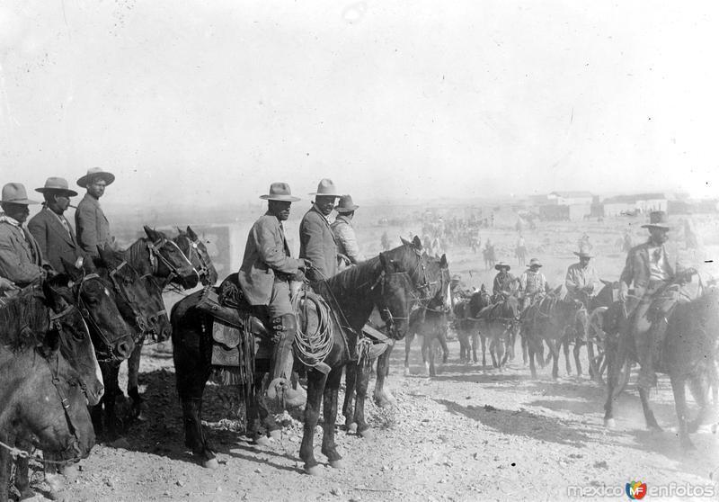Francisco Villa pasa revisión a sus tropas (Bain News Service, 1914)