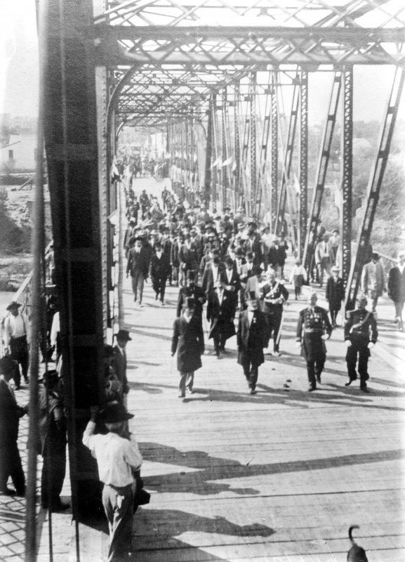 Porfirio Díaz en Ciudad Juárez cruzando el puente hacia El Paso, Texas (Bain News Service, 1910)