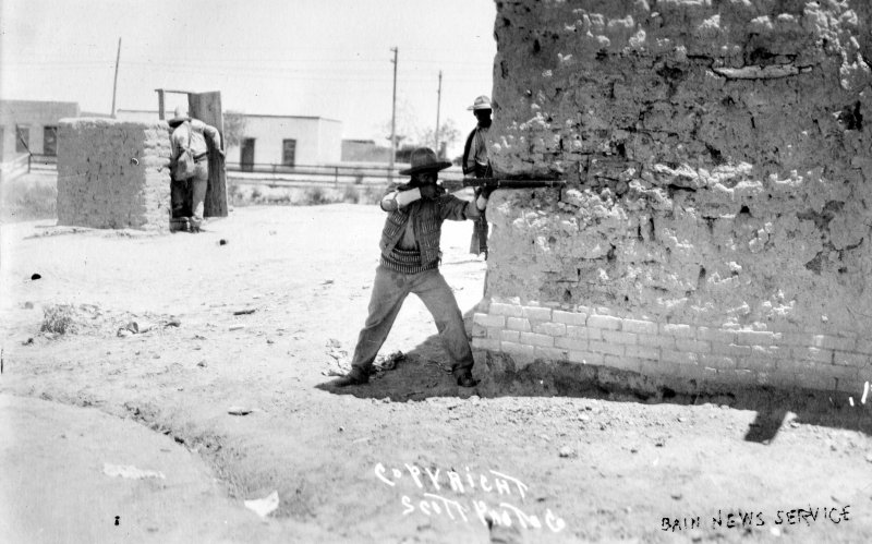 Revolucionarios escenificando la batalla de Ciudad Juárez (Bain News Service, 1911)