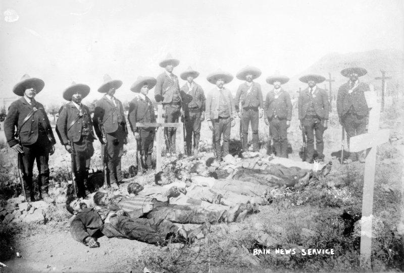 Rurales junto a insurrectos muertos (Bain News Service, c. 1912)