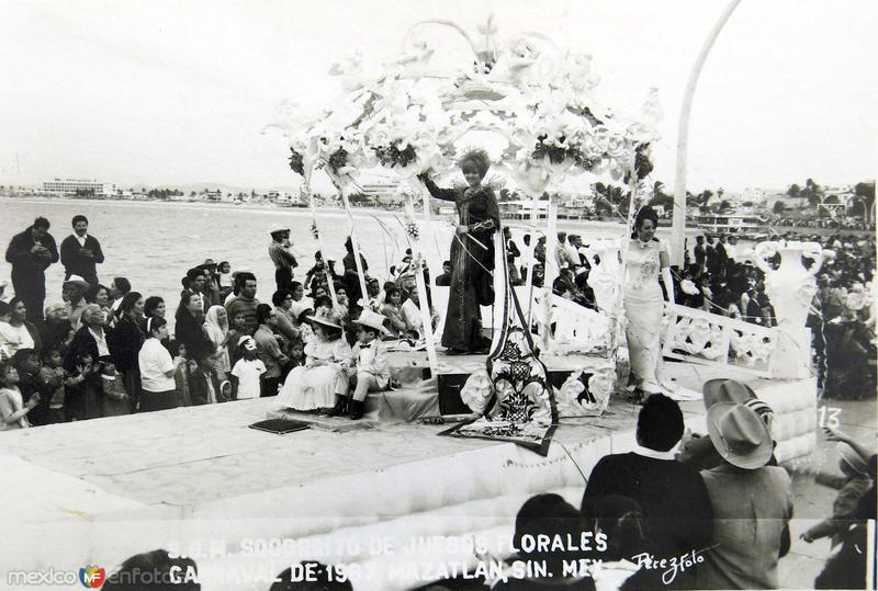 REYNAS Y ALEGORIAS DE CARNAVAL HACIA 1945