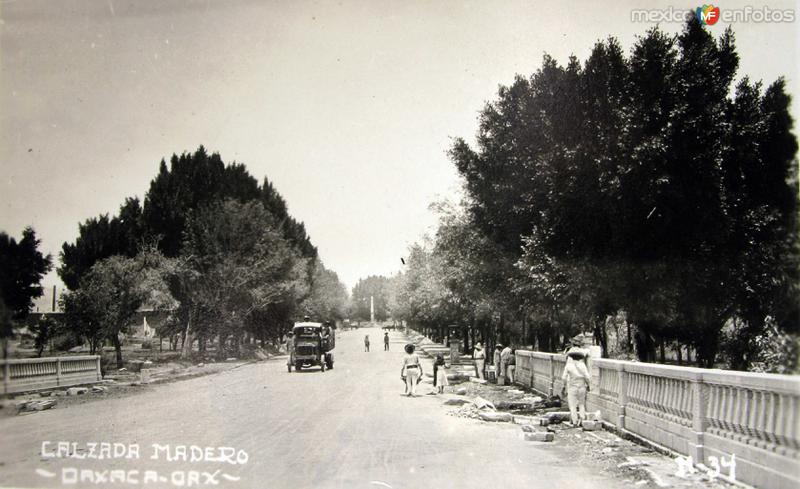 CALZADA MADERO HACIA 1920