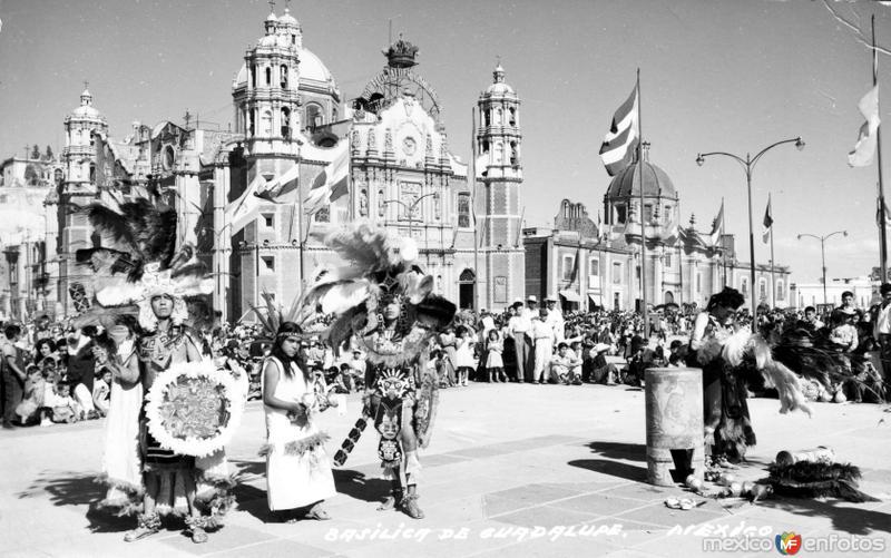 Danzantes frente a la Basílica de Guadalupe