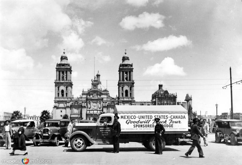 Expedición de la Buena Voluntad frente a la Catedral Metropolitana (1936)