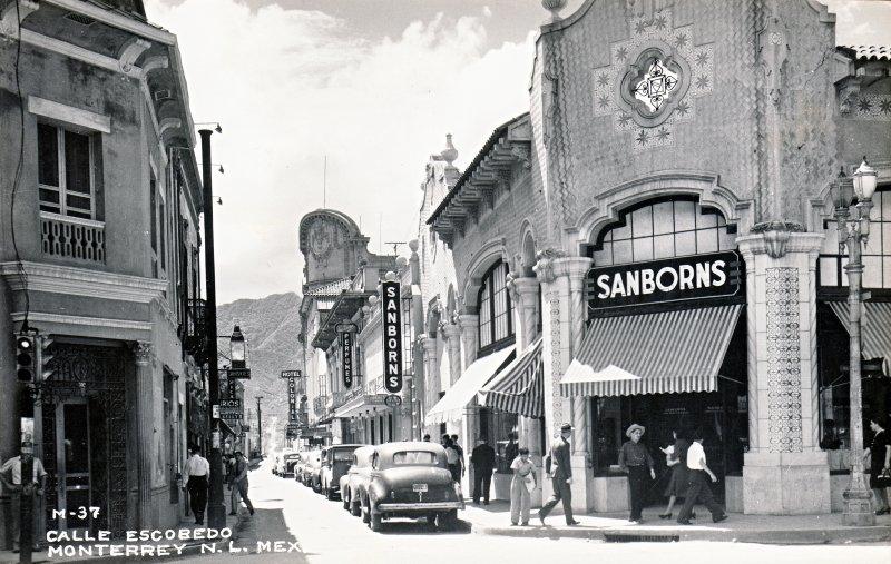 Sanborns, en el cruce de las calles Escobedo y Morelos