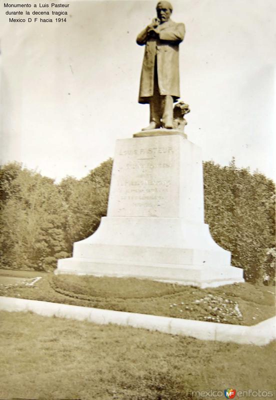 Monumento a Luis Pasteur durante la decena tragica Mexico D F hacia 1914