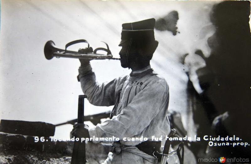 TOCANDO PARLAMENTO EN LA TOMA DE LA CIUDADELA Mexico D F Circa 1910-1920