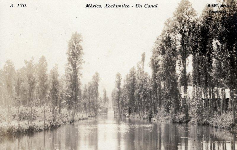 Un canal en Xochimilco