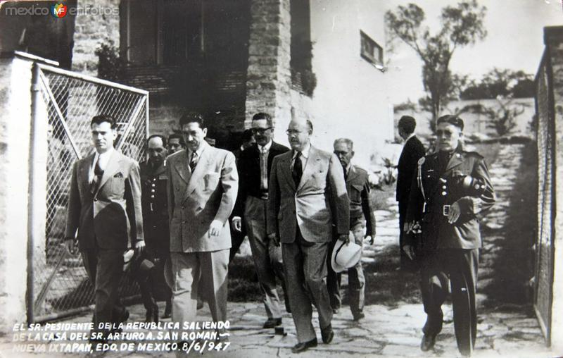 Presidente Miguel Alemán saliendo de la casa del Sr. Arturo A. San Román (1947)