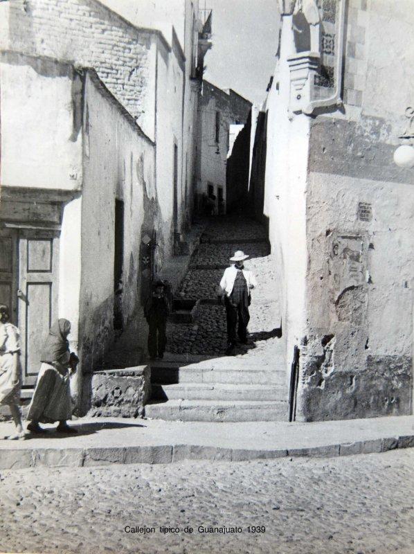 Callejon tipico de Guanajuato EN 1939