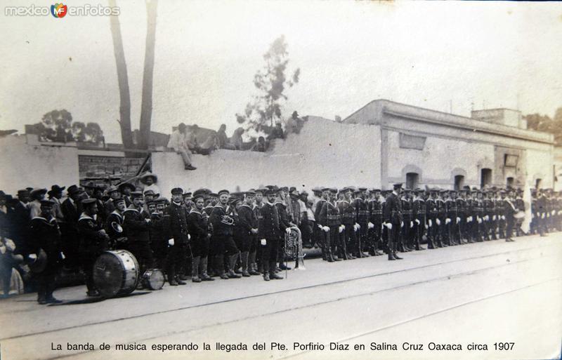 La banda de musica esperando la llegada del Pte. Porfirio Diaz en Salina Cruz Oaxaca