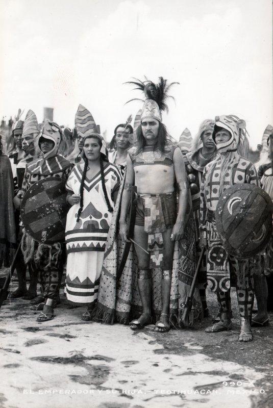 Representación típica de un emperador indígena con su hija y varios guerreros