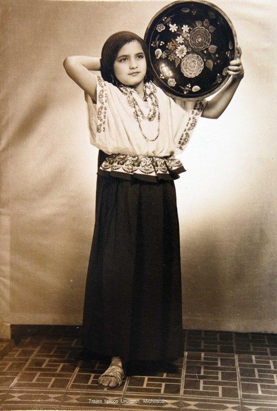 Hermosa adolecente en Traje tipico de Uruapan, Michoacán hacia 1930-1950