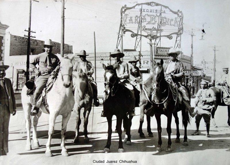Rebeldes victoriosos entrando a la ciudad posiblemente durante la Revolucion Mexicana