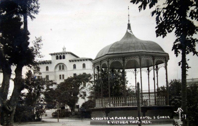 Kiosko de la plaza Hidalgo y Hotel Gorda Epocas cercanas a