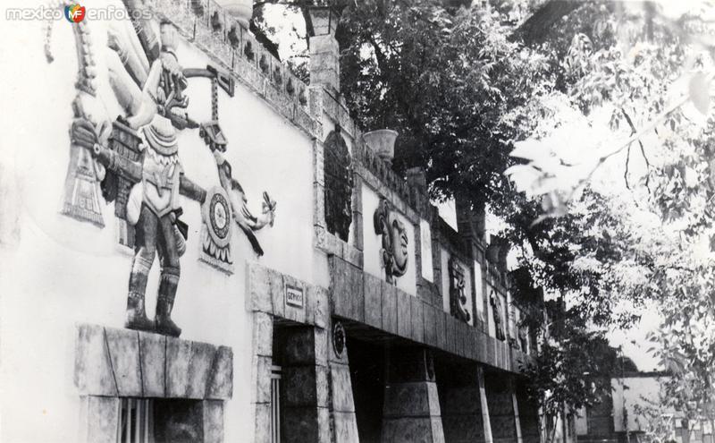 Escuela Interamericana: Quetzalcóatl y otras decoraciones aztecas