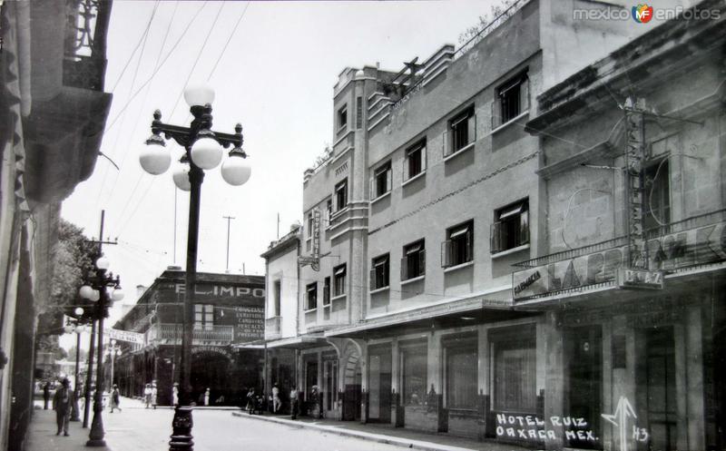 El Hotel Ruiz y una farmacia