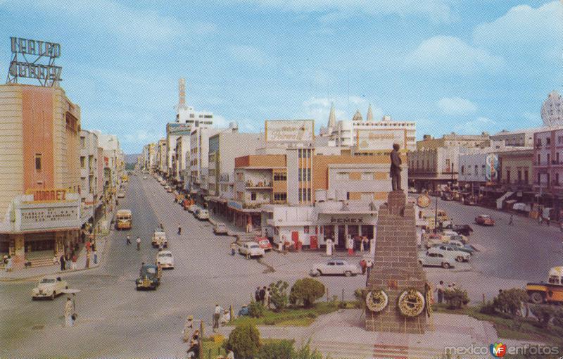 Monumento a Juárez en el cruce las calles Juárez y Pedro Moreno