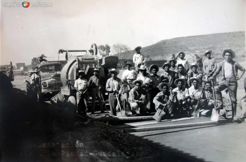 Trabajadores en la Construccion de La Carretera La Piedad-Guadalajara.