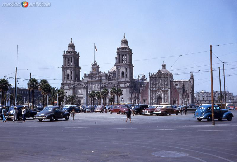 Zócalo y Catedral Metropolitana (1947)