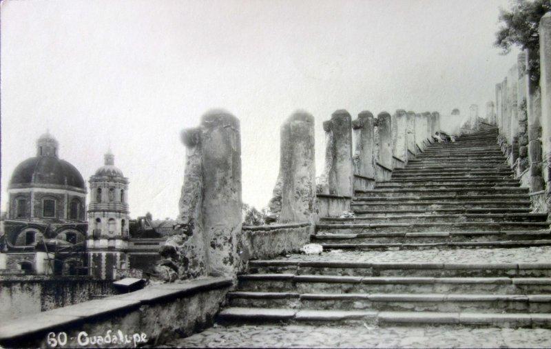 Villa de Guadalupe y escalinata al cerro del Tepeyac