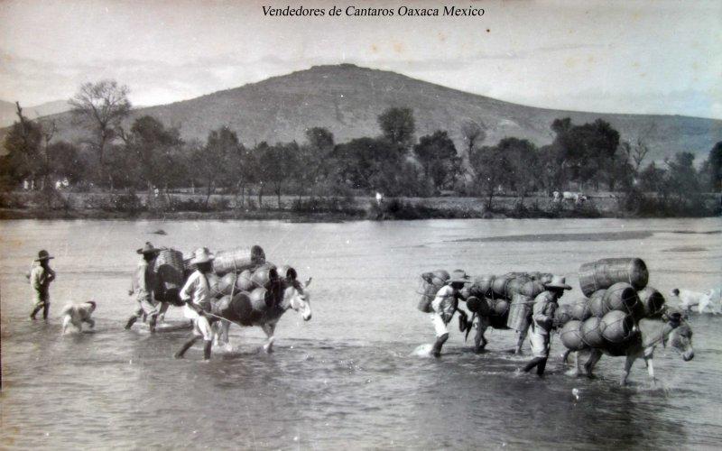 Tipos Mexicanos Vendedores de Cantaros Oaxaca Mexico.