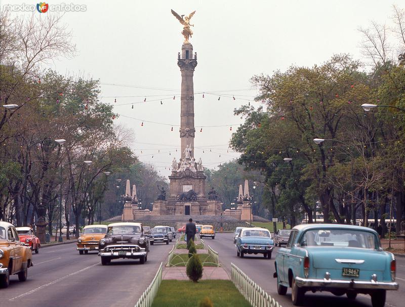 Paseo de la Reforma y Monumento a la Independencia (1966)