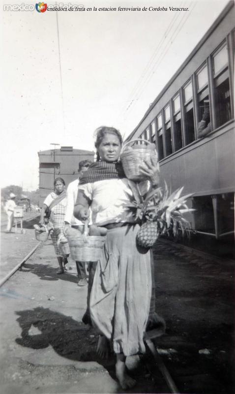 Tipos Mexicanos Vendedora de fruta en la estacion ferroviaria de Cordoba Veracruz.