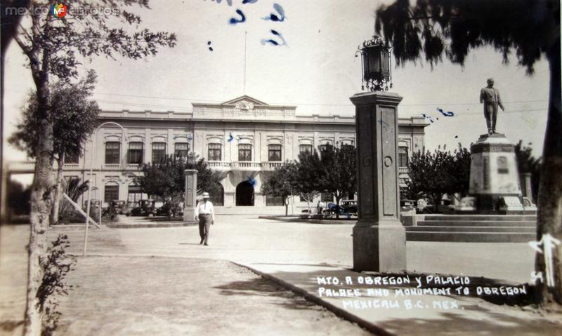 Monumento a Alvaro Obregon y el palacio ( Circulada el 21 de Diciembre de 1944 ).