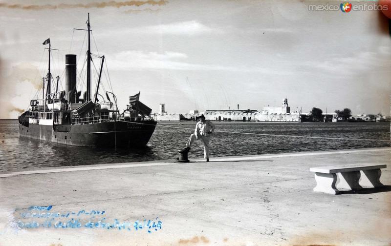 Panorama al fondo el Castillo de San Juan de Ulua ( Circulada el 24 de Octubre de 1948 ).