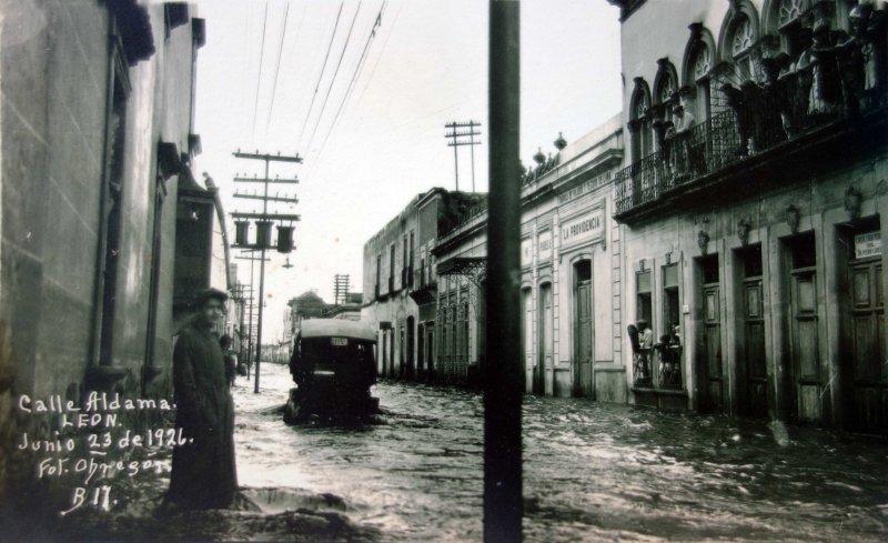 Inundacion de la calle Aldama acaecida el 23 de Junio de 1926.