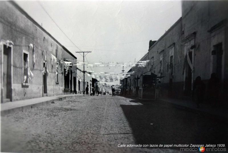Calle adornada con lazos de papel multicolor Zapopan Jalisco 1939.