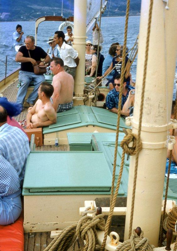 Embarcación con turistas extranjeros en Acapulco (1955)