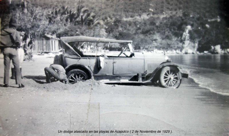 Un dodge atascado en las playas de Acapulco ( 2 de Noviembre de 1929 ).