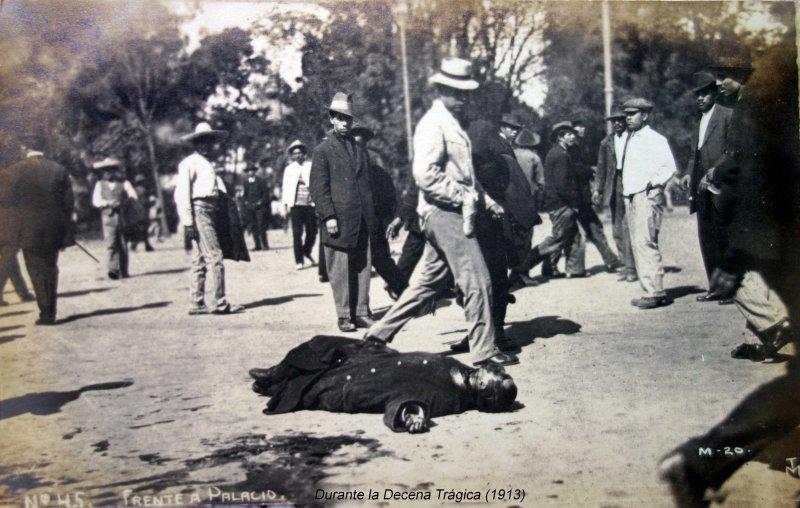 Frente al Palacio Durante la Decena Trágica (1913)