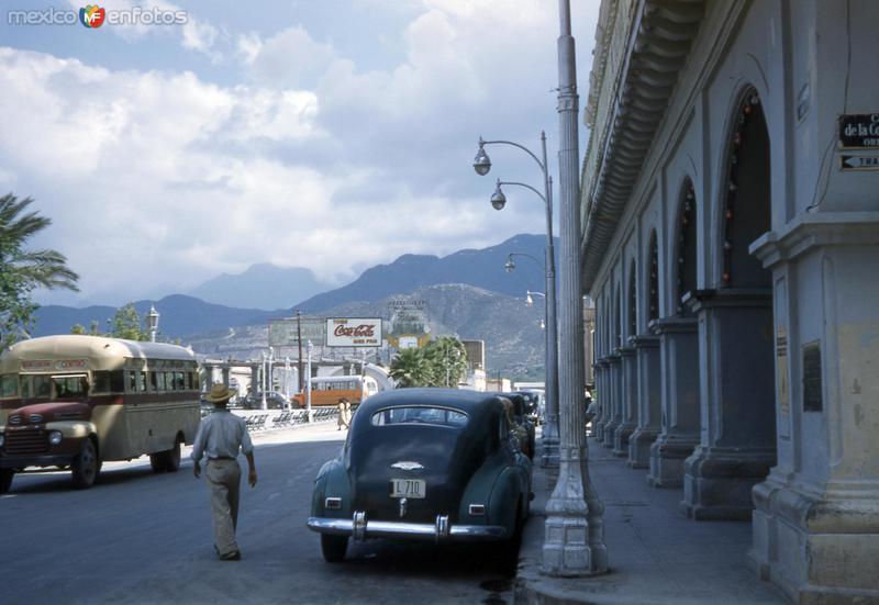 Calle y Plaza Zaragoza frente al Palacio Municipal (circa 1950)