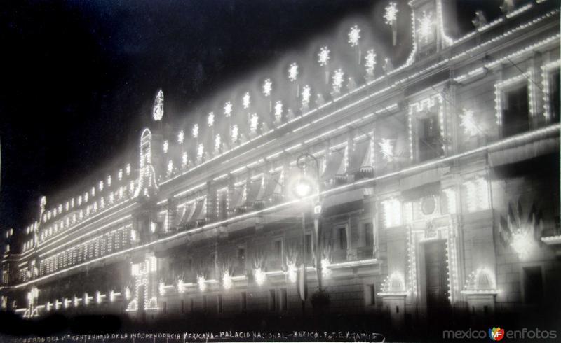 Recuerdo del centenario de la independencia Mexicana El Palacio Nacional por el fotografo E V Garcia ( 1910)