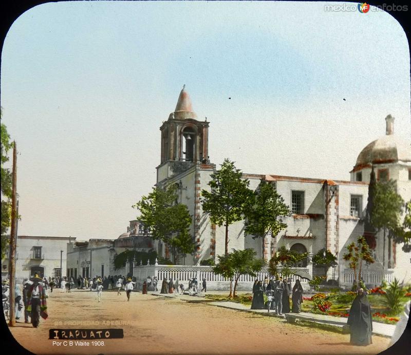 La plaza e Iglesia por el fotografo C B Waite 1908.