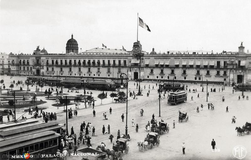 Travías frente al Palacio Nacional