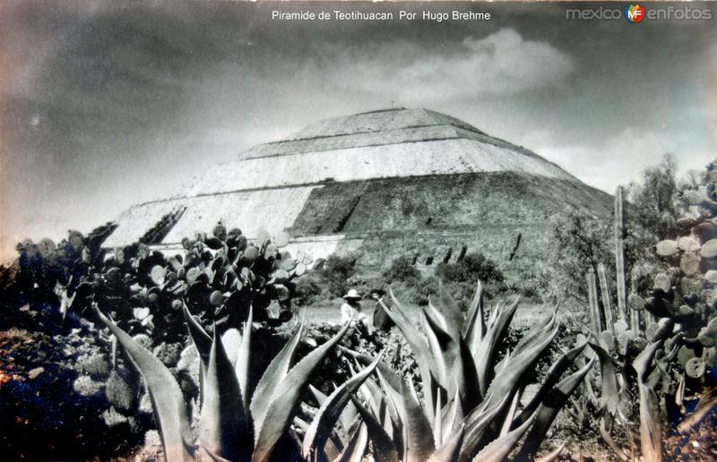 Piramide de Teotihuacan Por el fotografo Hugo Brehme.